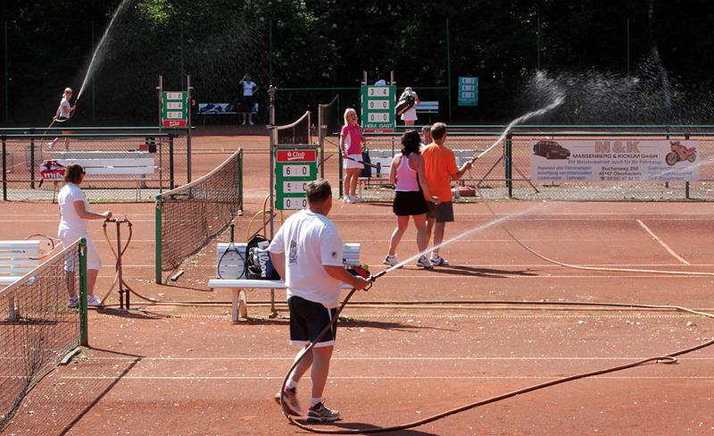 Hier im Foto: Plätze werden gewässert28.05.2012 +++ PfingstturnierBottrop - Der TC Blau-Gelb Eigen Bottrop hat sein Pfingstturnier 2012 ausgetragen. Bei den Damen siegte Stefanie Amft. Bei den Herren war Markus Kaminski mit 23 Punkten siegreich.