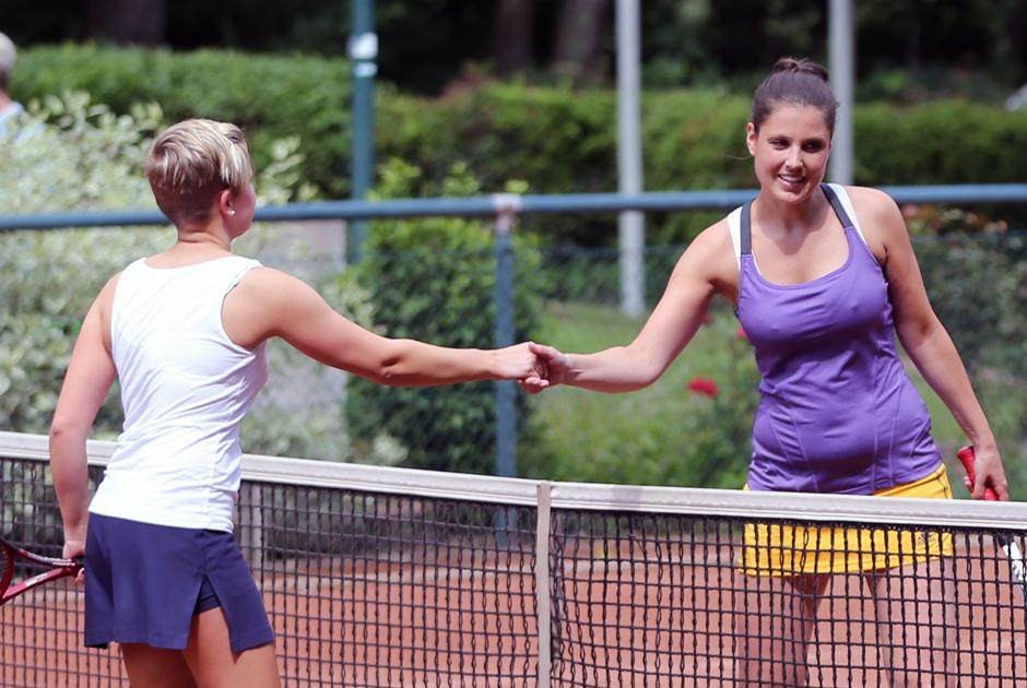 Shakehands auf dem Platz, faire Spiele bei Blau-Gelb