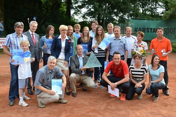 Alle Stadtmeister und Vizestadtmeister 2013 mit Vertretern der Sparkasse