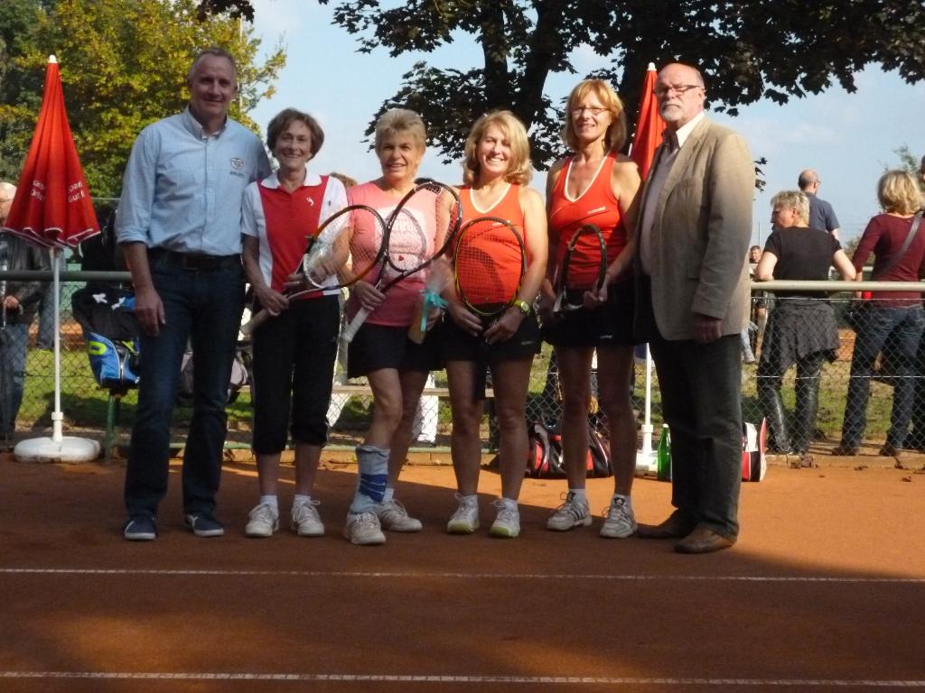 Stadtmeisterinnen Damen Doppel 55: Roswitha Libuda (2.v.li.) und Renate Czekalla (3.v.li.)