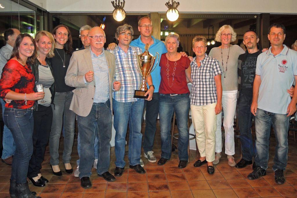 Die siegreichen blau-gelben Spieler mit Pokalstifter Peter Berger.